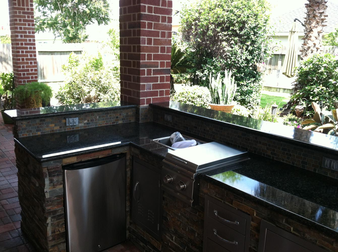 Patio cover and outdoor kitchen in houston hhi patio covers for Outdoor kitchen covered patio